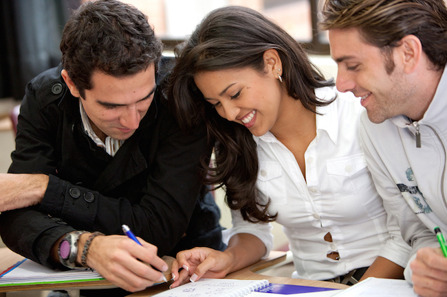 Estudiantes posgrado trabajando juntos