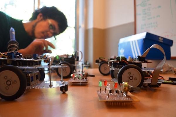 Alumno creando un robot